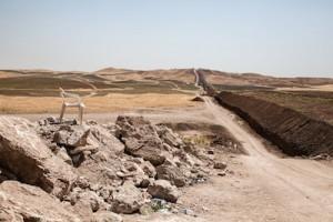 Tranchée à la frontière Syrie - Irak. Le gouvernement du kurdistan irakien a décidé de creuser cette tranchée pour empêcher l'entrée de réfugiés syriens au kurdistan irakien. Elle est étroitement gardée par les peshmergas d'un côté, et les ypg de l'autre, qui se regardent en chien de faïence.