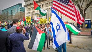 Manifestation où se mèle des drapeaux palestiniens, israéliens et américains.