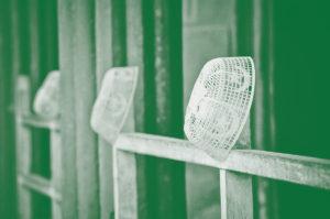 bonnets des islamistes sur les grilles d'une porte de prison