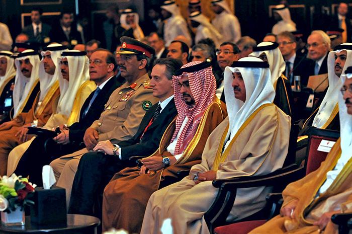 Prince du Bahreïn H.H. Sheikh Salman bin Hamad Al-Khalifa (droite), le secrétaire général délégué de l'OTAN Amb. Claudio Bisogniero (centre), chef d'état-major des forces armées bahreïnies Maj.Gen. Rashid bin Abdallah Al-Khalifa et le Secrétaire général adjoint pour la diplomatique publique Mr. Jean-Francois Bureau (gauche) sont assis côte à côté.