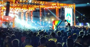 Les fans du groupe musical du Liban, Mashrou Leila, hissent un drapeau aux couleurs de l'arc-en-ciel