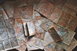 Cartes géographiques éparpillées sur une table