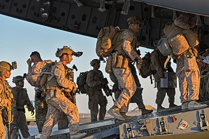Des marines américains s'embarquent sur un avion