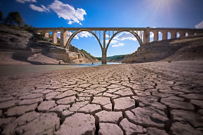 Réservoir d'eau asseché en Espagne avec un pont sur le fond