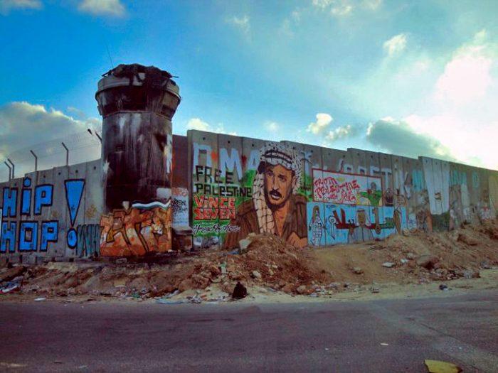 Mur de séparation entre Israêl et les territoires occupés avec un portrait d'Arafat