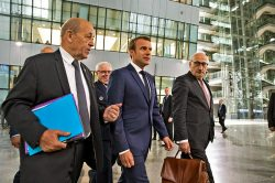 Macron et Le Drian marchent pour aller au sommet de l'Otan