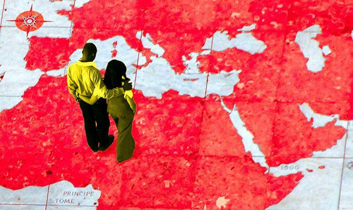 Un couple se tient débout sur le planisphère géant de Lisbonne et regarde le Moyen-orient