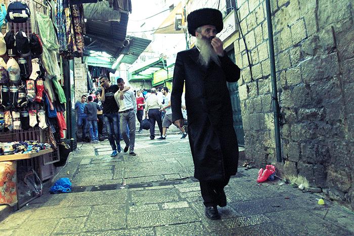Juif orthodoxe se promenant dans un marché
