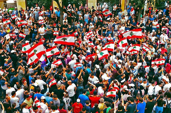 manifestation au liban avec beaucoup de drapeau dy pays